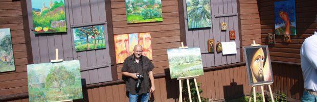 Dailininkas ir fotomenininkas Augenis Kasputis prie savo ir kitų plenero dalyvių darbų