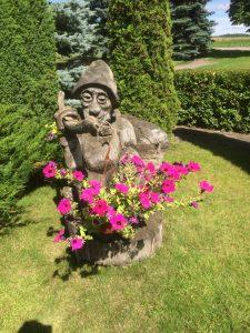 """Angelės 50-mečio proga sodybą papuošė skulptūra """"Nykštukas"""""""