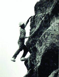 """Kopimas ant uolos Latvijoje. """"Įdomu buvo lipti ant akmens"""", -po nuotrauka asmeniniame albume rašo M. Subata"""