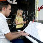 Fortepijonu groja Vievio meno mokyklos mokinys Audrius Sabaitis, marakasais – Barbora Baubaitė