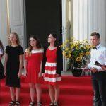 Giedamas himnas, dešinėje renginio vedėjai - Lukas Ustila ir Simona Vėželytė. Snieguolės Klimovičienės nuotr.