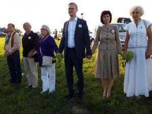 Ona ir Edmundas Vėželiai (antri iš kairės) po 30 metų rankomis susikibo su Kaišiadorių r. savivaldybės vadovais