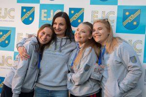 N. Pulauskienė su jaunimu Elektrėnų jaunimo centro atidarymo šventėje