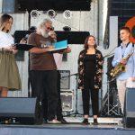 Fotomenininkas Vytautas Suslavičius knygą su savo autografu įteikė saksofonininkui iš Elektrėnų Davidui Avetisyanui