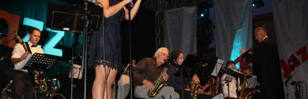 """Orkestro """"The Magic Time Orchestra"""" pasirodymas. Diriguoja vadovas Eugenijus Vedeckas, dainuoja elektrėniškė Gintarė Peciukonytė"""