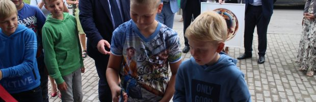 Juostelės kirpimo ceremoniją meras patikėjo į Semeliškių gimnazijos ketvirtokų rankas