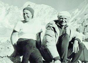 """V. Bitinas su kolege alpiniste Tian Šanyje. Fone - viršūnė """"Drambliukas"""""""