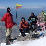 Elbrusas priėmė! G. Juzukonis su Trispalve ir bendražygiais (Kaukazas, 2012-07-25)