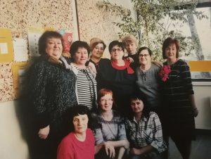 M. Niecelienė (pirmoje eilėje pirma iš kairės) su Elektrėnų pašto skyriaus kolektyvu