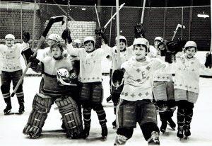 """Elektrėnų ledo ritulio komanda – turnyro """"Auksinis ritulys"""" prizininkė, 1977 m. Vytautas Paražinskas, geriausias turnyro vartininkas (stovi antroje eilėje pirmas iš kairės)"""