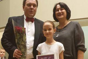 B. Radvilaitė su dirigentu V. Lukočiumi ir mokytoja O. Navickiene