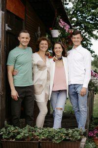 Nerijus Ališauskas su šeima: broliu Gyčiu, mama Lina ir žmona Aiste