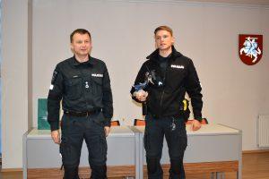 Komisaras A. Lukša vardinę dovaną įteikė Reagavimo skyriaus vyriausiajam patruliui Romui Klimui