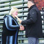 Gražiausios Vievio seniūnijos sodybos savininkę Aliciją Butkevičienę sveikina administracijos direktorius Gediminas Ratkevičius