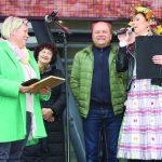 Gražiausios Elektrėnų seniūnijos sodybos savininkus – Iloną ir Vidą Kuliešius – kalbina renginio vedėja Laura Buividavičienė