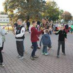 """Kazokiškių skyriaus mokinių šokis """"Bulius"""". Akordeonu groja mokytoja V. Norkūnienė"""