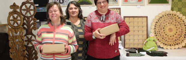 Skiautinių paveikslus (eilė viršuje) parodai pristatė Paramos šeimai tarnybos auklėtinės - Rima Revaitė, Virginija Gumbytė. Centre auklėtoja Gražina Palidauskienė