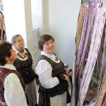Po parodos Angelė Gliaudelienė (dešinėje) suskubo surinkti juostas