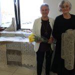 Konkurso komisiją sužavėjo Onos Patronaitienės tradiciniai rankšluosčiai. Dešinėje - Regina Norušienė