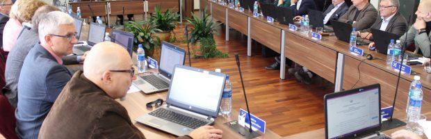 Elektrėnų sporto centro direktorius A. Vainauskas tarybai pristato Centro teikiamų paslaugų kainas