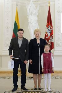 2014 metais Pasaulio čempionate iškovojus bronzą apdovanojimą įteikė prezidentė D. Grybauskaitė, dešinėje dukterėčia Rusnė
