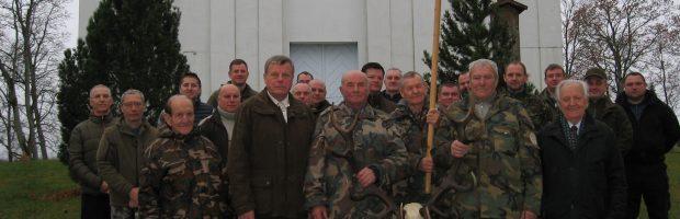 Vievio medžiotojų būrelis su trofėju ir vėliava prie Kazokiškių bažnyčios