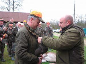 Sėkmingiausią medžiotoją Audrių Mardosą sveikina medžioklės vadovas E. Kirkliauskas