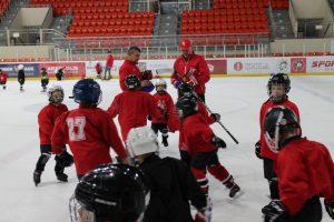Treneriui V. Deevui treniruoti vaikus padeda pats Dariaus Kasparaičio ledo ritulio mokyklos direktorius V. Škadauskas