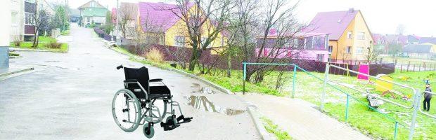 Žmonėms su neįgaliųjų vežimėliais į paplūdimį judėti teks važiuojamąja gatvės dalimi, nes ten nėra šaligatvių