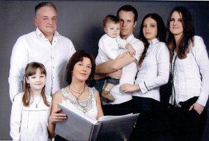 Keliai link aukštumų prasideda šeimoje. Iš kairės: tėtis Zigmas Vyšniauskas, dukra Smiltė, mama Rima, sūnus Vakaris, vyras Rytis, sutuoktinė Aistė (mūsų herojė) ir sesuo Saulė