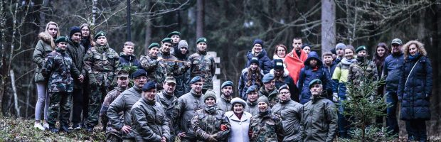 Projektų dalyvių bendra nuotrauka Pagrendos bunkerio vietoje