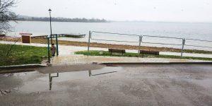 Vienintelė vieta judėjimo negalią turintiems žmonėms patekti ant pėsčiųjų tako pagal Vievio ežerą
