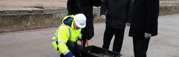 2014 metų vasarį savivaldybės meras Kęstutis Vaitukaitis ir tuometinis administracijos direktorius Arvydas Vyšniauskas  laimina į žemę leidžiamą kapsulę, simbolizuojančią biokuro katilų statybos pradžią ir paliekančią žinią ateities kartoms. Ta kapsulė, pasirodo, simbolizavo ir pigių šilumos kainų laidotuves