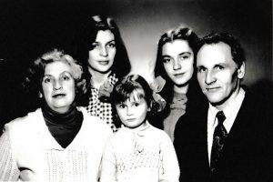 Justinas ir Aldona Rinkevičiai su dukromis Meile ir Egle bei pirmoji Rinkevičių anūkė, Meilės dukrelė Ieva