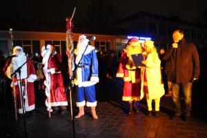 Šiemet eglutės įžiebimo šventėje vaikus džiugino net keturi Kalėdų Seneliai. Dešinėje - renginio vedėja Liuda Baslykienė bei meras Kęstutis Vaitukaitis