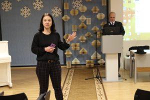 """Lektorių G. Drukteinį pristato """"Litgrid"""" Komunikacijos projektų vadovė Gražina Urbonavičė"""