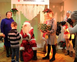 Vaikučiams dovanas teikė Kalėdų Senelis bei geraširdžiai žmonės, kurie tas dovanėles skyrė