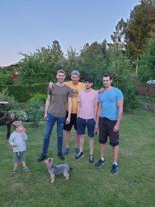 A. Vainauskas su sūnumis Rapolu, Matu ir Titu. Kairėje anūkas Majus