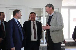 Apie sporto situaciją Elektrėnuose A. Vainauskas kalbasi su premjeru Sauliumi Skverneliu. Ministrą lydėjo tuometinis mero pavaduotojas A. Vyšniauskas ir meras K. Vaitukaitis