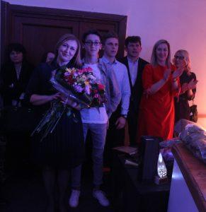 Vidą Vičkačkienę sveikina sūnūs, vyras ir Gilučių seniūnė. Liudmilos Felčinskajos nuotr.