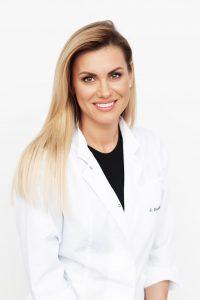 Anot Odontologijos skyriaus vadovės, burnos higienistės Sandros Burčikaitės, tik taisyklinga asmeninė burnos ir dantų priežiūra namie bei reguliarus profesionalios burnos higienos atlikimas pas kompetentingus specialistus gali užtikrinti gerą dantų bei burnos higieną ir užkirsti kelią sunkioms bei ilgo gydymo reikalaujančioms ligoms
