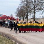Eisena į Vievio kapines, kur palaidoti savanoriai, gynę Lietuvos Valstybę