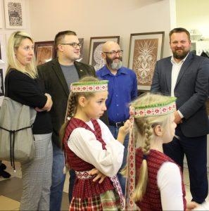 """""""Aukso vainiko"""" renginyje. Rokas Gulbinas dešinėje. Iš kairės: Kristina Vitartė, Vaidas Andriejauskas, Remigijus Suslavičius ir Elektrėnų pradinės mokyklos šokėjėlės"""