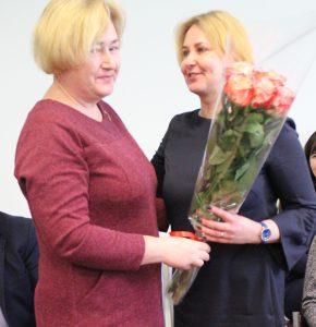 A. Dzikevičienę sveikina Semeliškių seniūnė Loreta Karalevičienė
