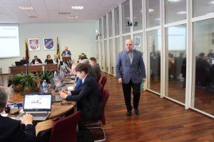Sprendimo projekto dėl švietimo įstaigų vadovų 2019 metų veiklos įvertinimo ir pareiginės algos kintamosios dalies nustatymo svarstymas pradėtas buvo nuo Vievio gimnazijos direktoriaus Gintaro Dobilaičio