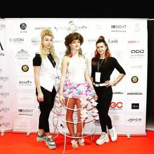 Meilutė Sadauskienė (dešinėje) su meistre kirpėja Neringa ir modeliu, dukra Deina