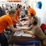 EPMC masažistai lepina elektrėniškes rankų masažu
