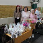 """Asociacijos """"Ištiesk gerumo ranką"""" savanoriai su pirmininke Birute Grybauskiene gerumą rodė ir mugėje – dovanojo tulpes"""