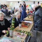 """Draugijos """"Mes esame"""" pirmininkė Onutė Kulbokienė siūlė įsigyti verbų, o Juozas Kazlauskas kvietė pažaisti rankų darbo šachmatais"""