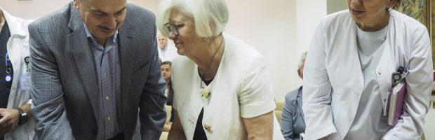 J. Didžiapetrienė (centre) su prof. Valerijumi Ostapenko ir Chemoterapijos skyriaus vedėja dr. Birute Brasiūniene. Edmundo Paukštės nuotr.